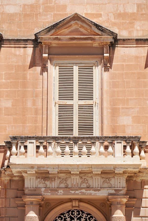 Una vista del balcone aperto di stile maltese tradizionale in Mdina malta fotografie stock