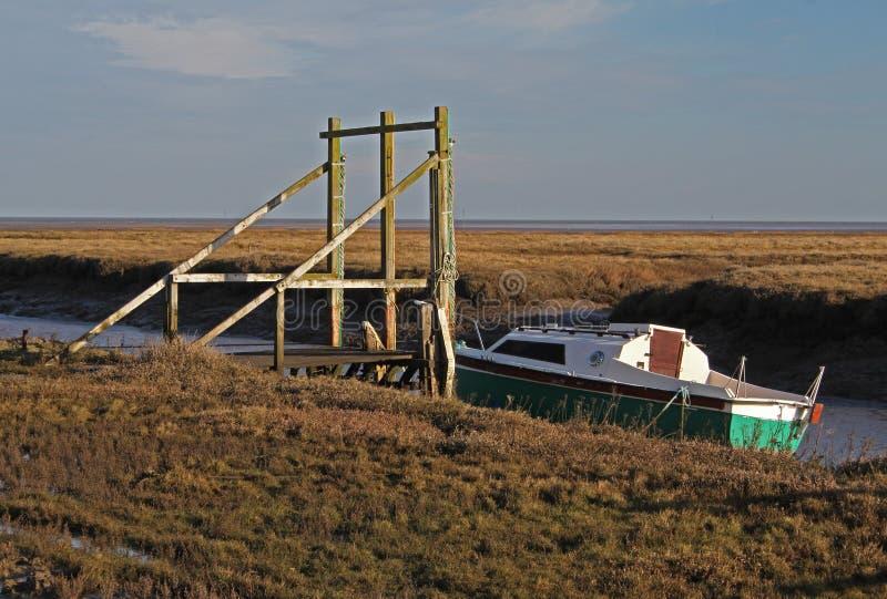 Una vista del barco de pesca en el pantano de Thornham, Norfolk del norte foto de archivo