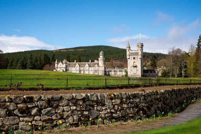 Una Vista Del Castillo Del Balmoral En Una Distancia De Jardines ...
