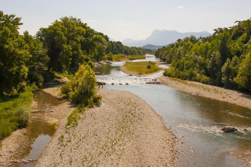 Una vista del fiume di Drome in a sud-est della Francia all'altezza dell'estate con l'assicella tira quando il fiume è ad un mini fotografie stock