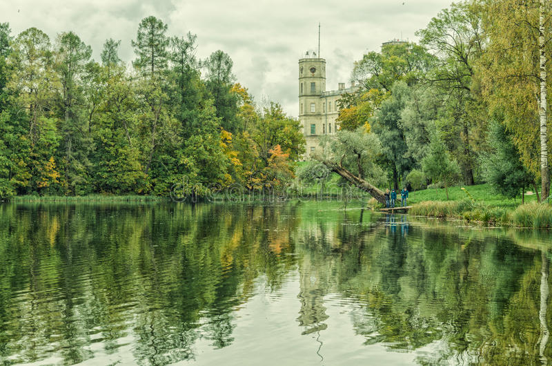 Una vista del lago d'argento e di grande palazzo in Gatcina fotografia stock libera da diritti
