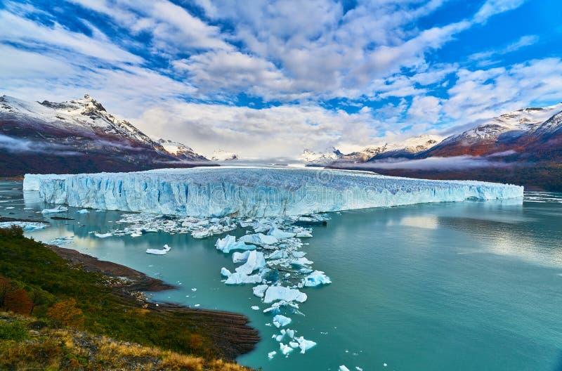 Una vista del lago y del parque nacional Los Glaciares de Perito Moreno del glaciar La Patagonia de Argentina en otoño imágenes de archivo libres de regalías