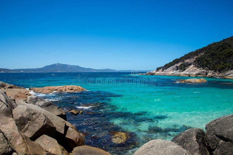 Una vista del océano meridional de una pequeña playa foto de archivo libre de regalías