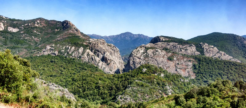 Una vista del paesaggio delle montagne in Sardegna fotografia stock libera da diritti