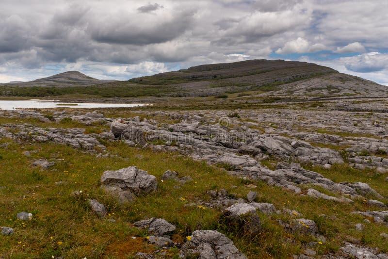 Una vista del parque nacional de Burren el comienzo de las alzas y de anticipar a la monta?a de Mullaghmore y a la orilla de imagen de archivo