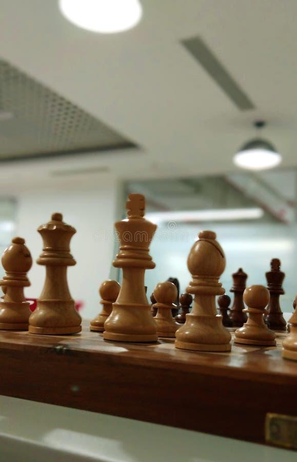Una vista del pedazo de ajedrez en tablero de ajedrez imagenes de archivo