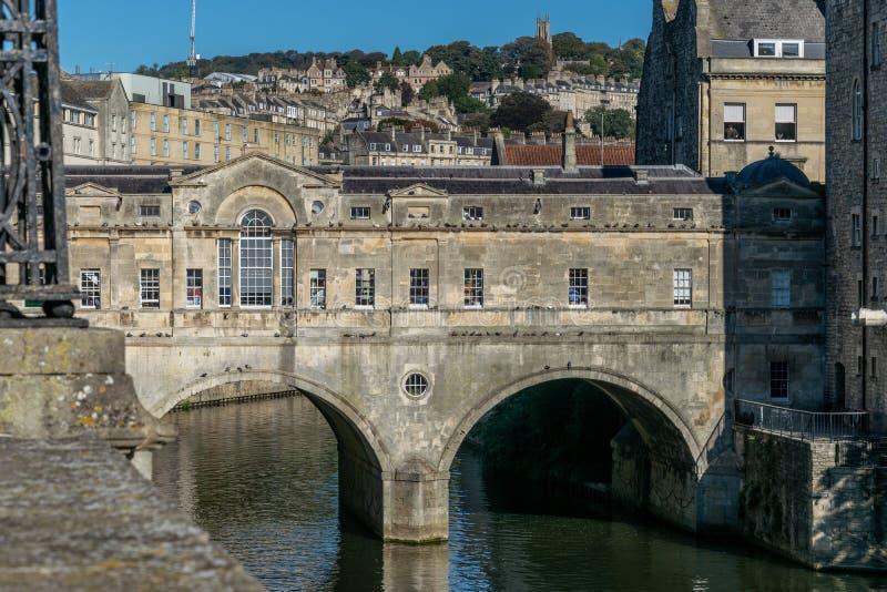 Una vista del ponte di Pulteney attraverso il fiume Avon, bagno, Inghilterra immagine stock