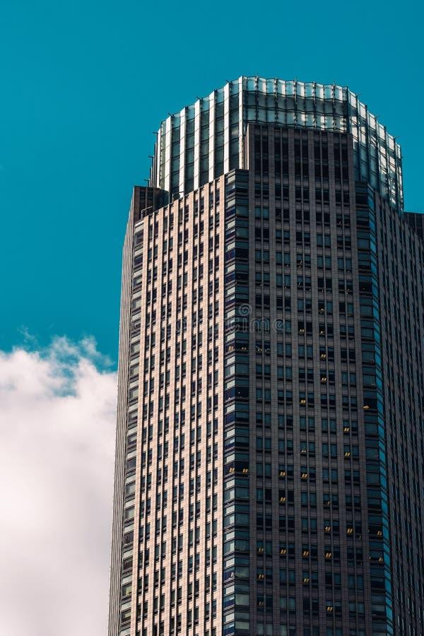 Una vista del primo piano dell'edificio per uffici di 383 Madison Avenue nel Midtown Manhattan New York fotografie stock libere da diritti