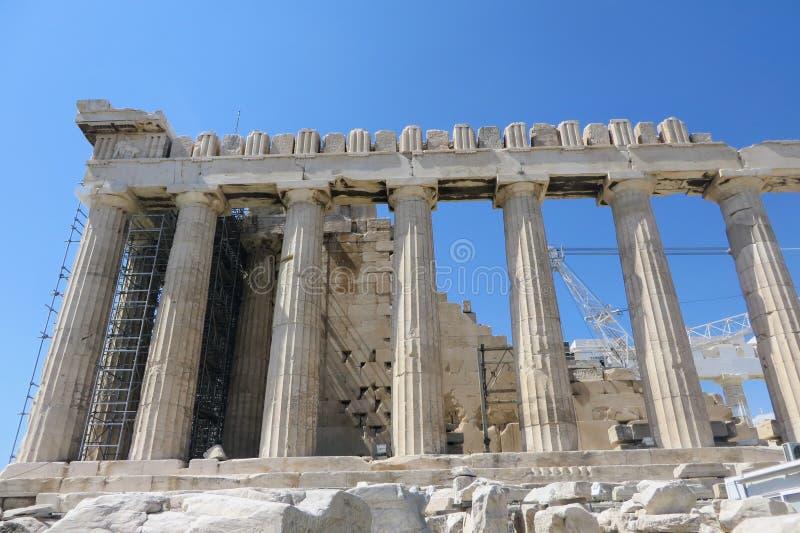 Una vista del primo piano della meraviglia antica il Partenone in cima all'acropoli, a Atene, la Grecia Il tempio sta subendo la  fotografia stock