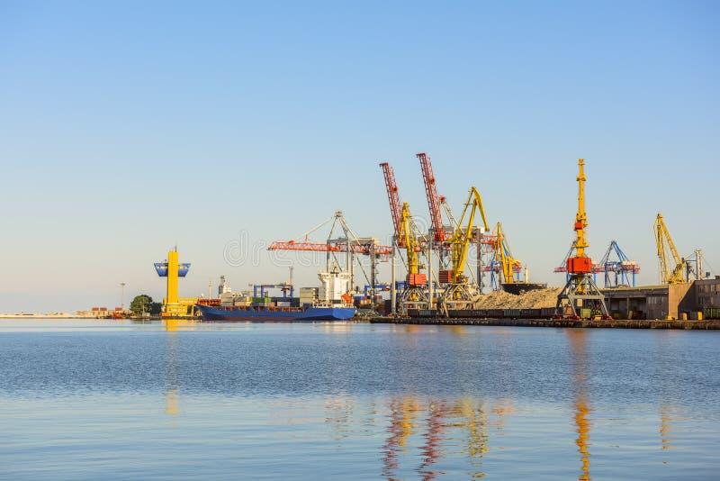 Una vista del puerto y de las grúas del cargo, imagen de archivo libre de regalías