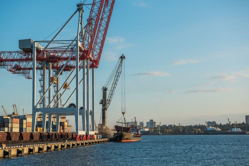 Una vista del puerto y de las grúas del cargo, imagenes de archivo
