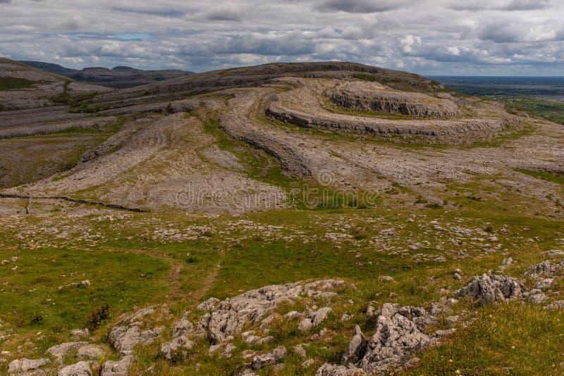 Una vista del Sliabh ?nico Rua, monta?a roja de la monta?a de Mullaghmore en el parque nacional de Burren imagen de archivo