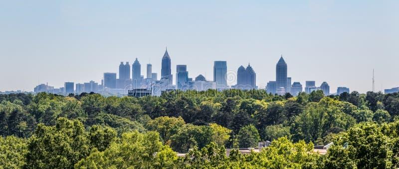 Una vista dell'orizzonte del centro di Atlanta da Buckhead immagini stock libere da diritti