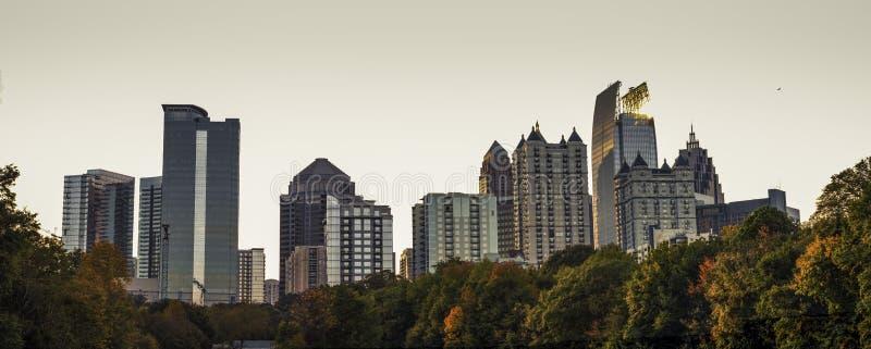 Una vista dell'orizzonte di Atlanta di Midtown dal parco nostalgico di Piemonte fotografia stock