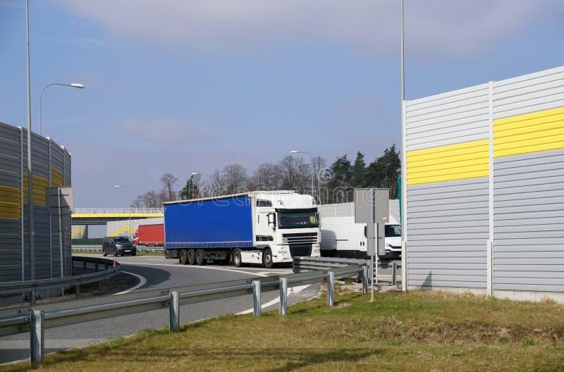 Una vista dell'uscita dell'autostrada dall'area di riposo del passeggero Un posto circondato dagli schermi fonoassorbenti fotografie stock