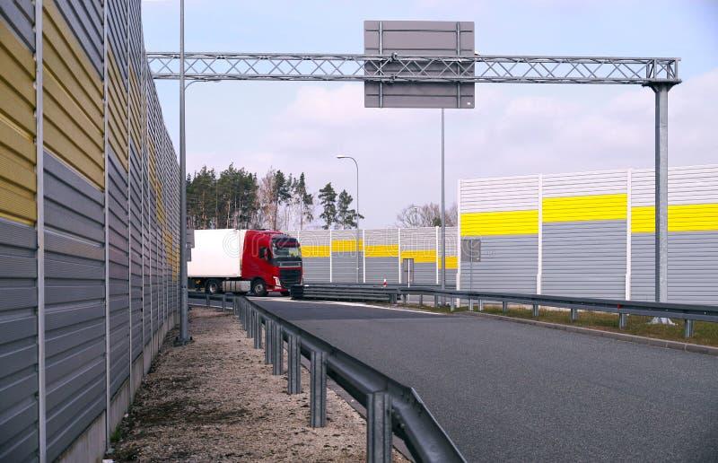Una vista dell'uscita dell'autostrada dall'area di riposo del passeggero Un posto circondato dagli schermi fonoassorbenti immagine stock libera da diritti