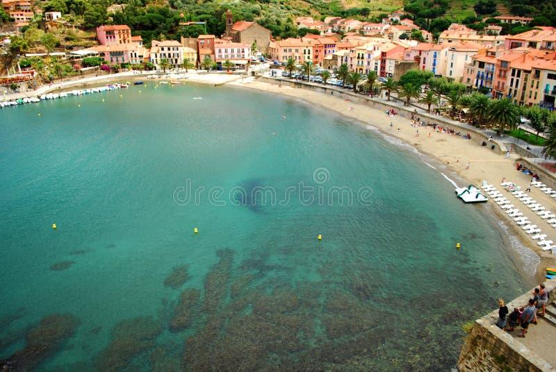 Una vista della baia e della spiaggia di Collioure immagini stock libere da diritti