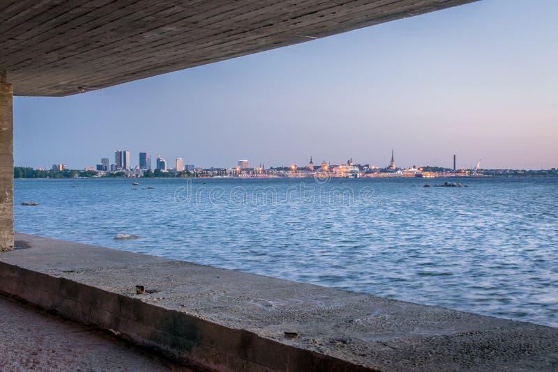Una vista della città sull'orizzonte attraverso il mare fotografia stock libera da diritti