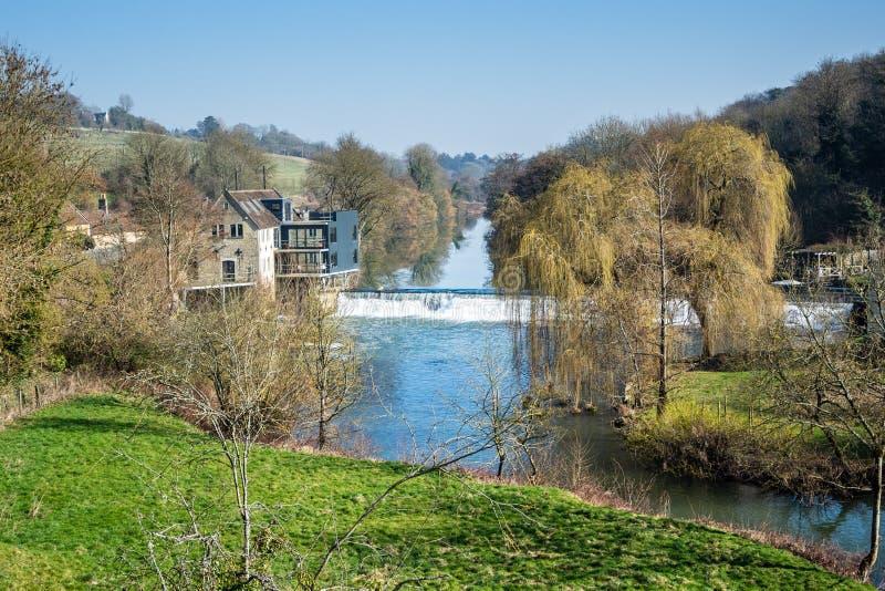 Una vista della diga di Avoncliff dall'aquedotto di Avoncliff fotografia stock libera da diritti