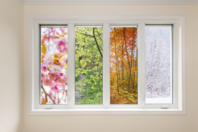 Una vista della finestra di quattro stagioni fotografie stock libere da diritti
