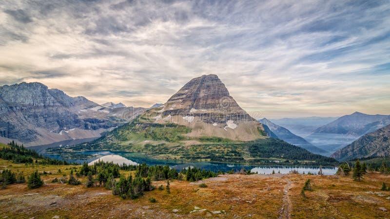 Una vista della montagna di Bearhat sulla traccia nascosta del lago che sembra ad ovest immagini stock