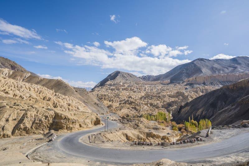 Una vista delle colline del pendio degli assomigliare della montagna alla terra della luna Moon Land chiamata di Lamayuru Leh, La fotografie stock libere da diritti