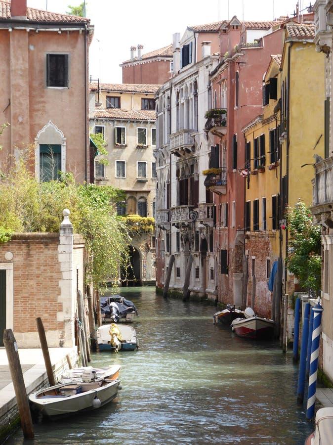Una vista delle costruzioni antiche del lato del canale a Venezia fotografia stock libera da diritti