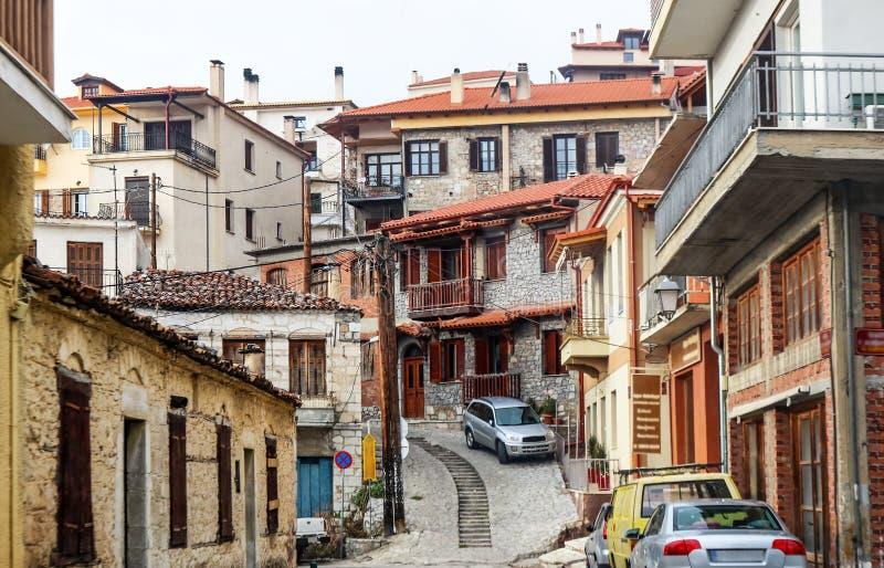 Una vista delle costruzioni e dei vicoli e un groviglio delle linee elettriche nella città della montagna di Delphi Greece fotografia stock libera da diritti