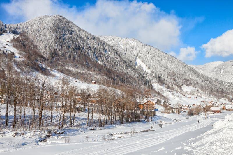 Una vista delle montagne nevose delle alpi nella marca alla mattina soleggiata di inverno, Bludenz, Vorarlberg, Austria immagine stock