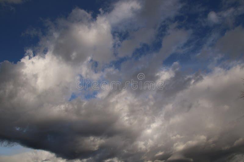 Una vista delle nuvole scure fotografie stock