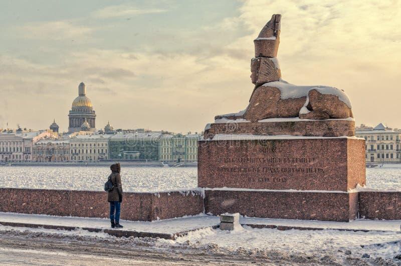 Una vista dello Spxinx all'argine dell'università nella bufera di neve fotografia stock libera da diritti