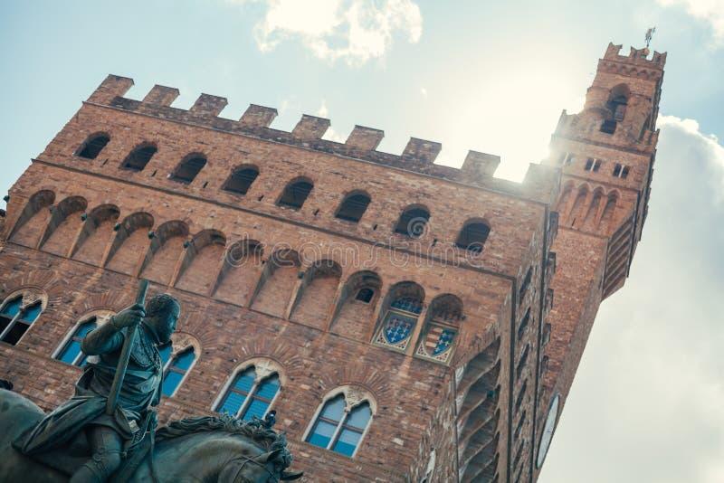 Una vista dello Statua Equestre di Cosimo I, vicino alla statua di David da Michelangelo immagini stock