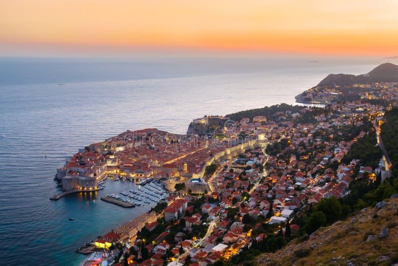 Una vista desde arriba de Dubrovnik con la vieja parte de la ciudad durante una puesta del sol colorida brillante imagen de archivo