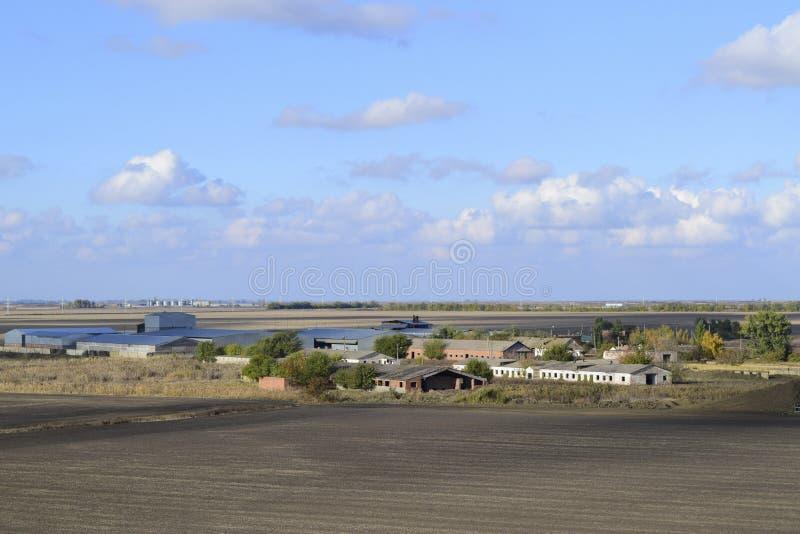Una vista desde arriba de un pequeño pueblo ruso Paisaje rural Campo y pueblo Un pueblo semi-abandonado fotografía de archivo libre de regalías