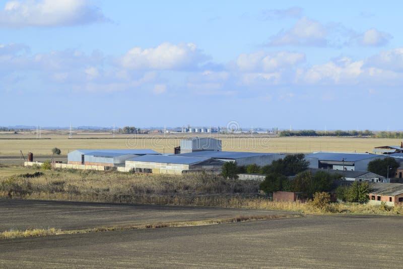 Una vista desde arriba de un pequeño pueblo ruso Paisaje rural Campo y pueblo Un pueblo semi-abandonado imagen de archivo libre de regalías