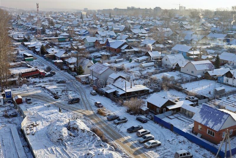 Una vista desde arriba de un sector residencial privado en las cercanías de una gran ciudad en un día de invierno escarchado imagen de archivo