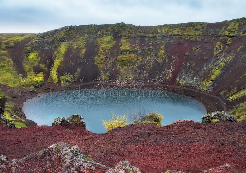 Una vista desde arriba del lago en el cr?ter de un volc?n extinto islandia imagenes de archivo