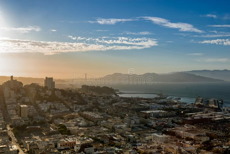 Una vista di area di San Francisco Bay dalla torre di Coit fotografia stock