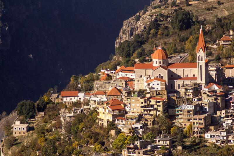 Una vista di Bcharre, una città nel Libano alto nelle montagne sull'orlo della gola di Qadisha Bcharre, Libano fotografie stock libere da diritti