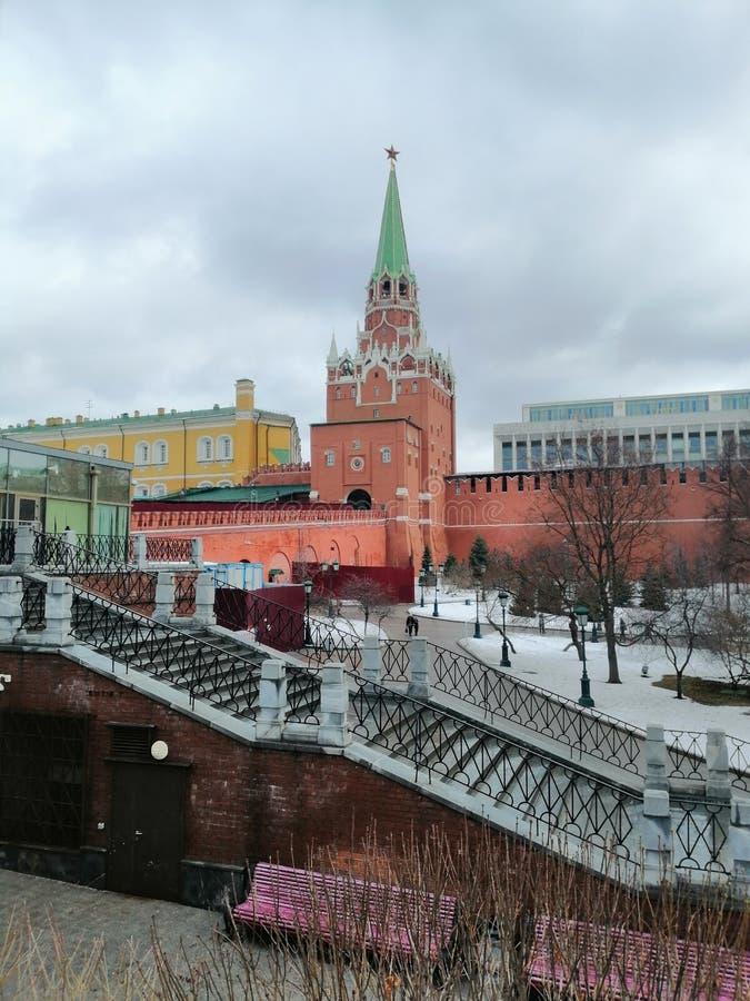 Una vista di una delle torri di Cremlino immagine stock