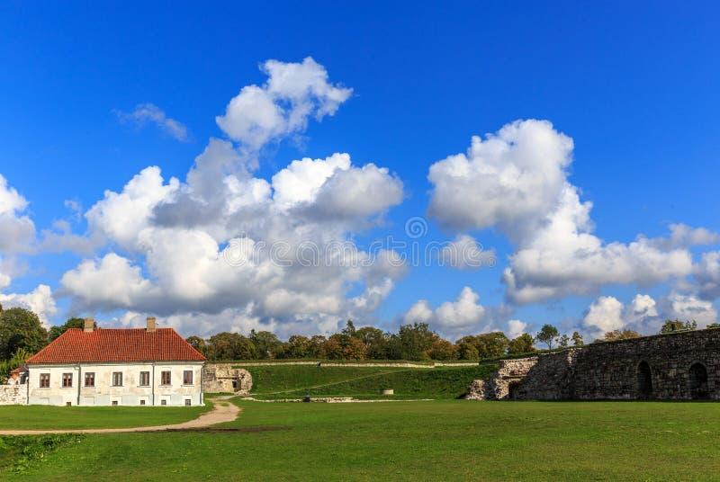 Una vista di estate del castello di Kuressaare, isola di Saaremaa, Estonia immagine stock