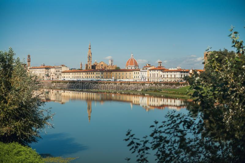 Una vista di Firenze dalla strada vicino al Arno, Florenze, Toscana immagine stock libera da diritti