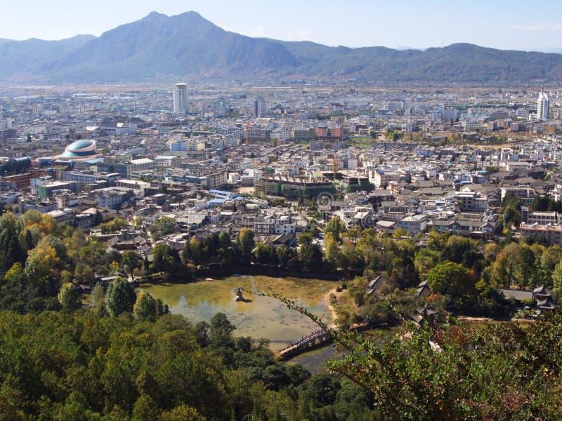 Una vista di Lijiang Città Vecchia dalla cima della collina dell'elefante, uno SH fotografia stock libera da diritti