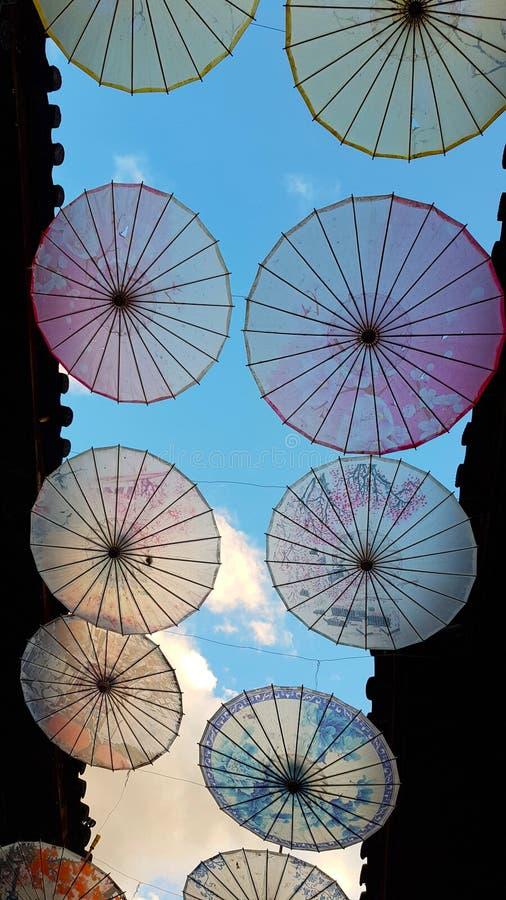 Una vista di Lijiang con le decorazioni a forma di ombrello Lijiang, il Yunnan, Cina immagine stock libera da diritti