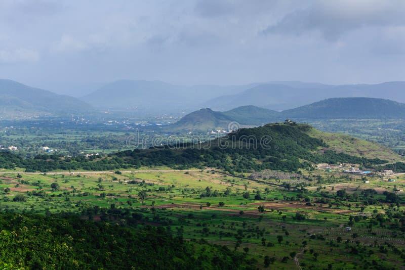 Una vista di mattina da una cima della collina fotografie stock libere da diritti