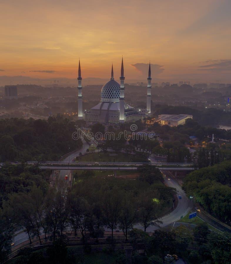 Una vista di notte alla moschea blu, Shah Alam, Malesia fotografie stock
