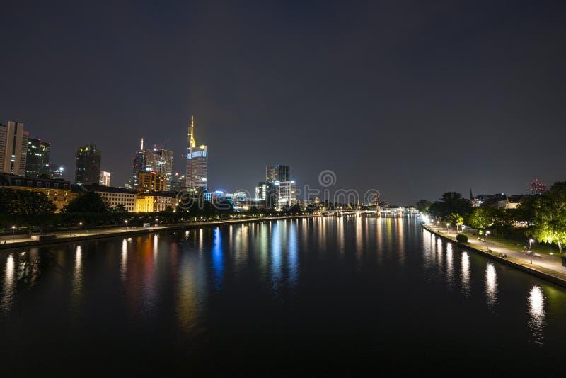 Una vista di notte di Francoforte immagini stock