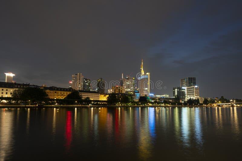 Una vista di notte di Francoforte fotografia stock