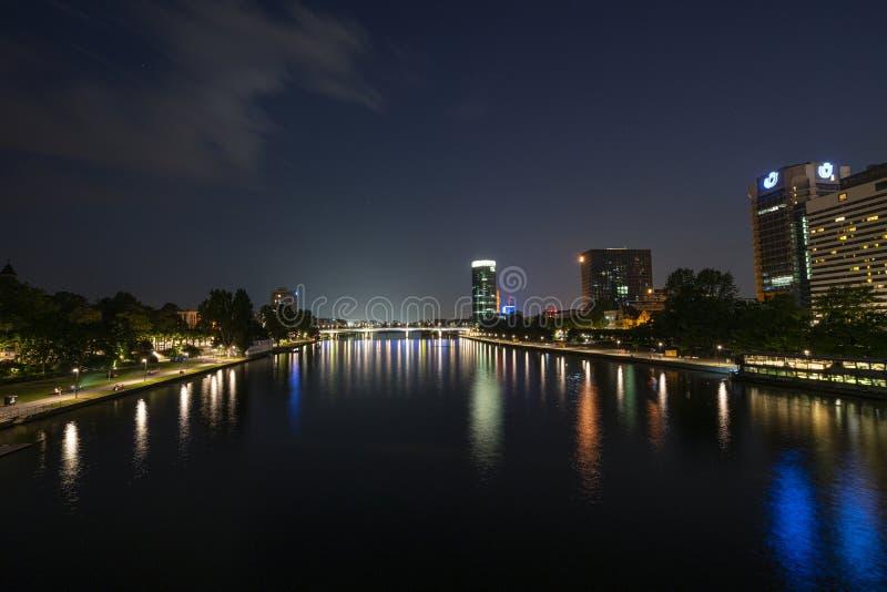 Una vista di notte di Francoforte immagine stock