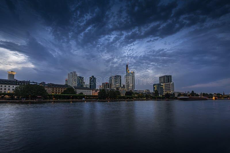 Una vista di notte di Francoforte fotografie stock libere da diritti